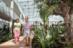 Tropiskt. Gunnel Press-Olsson och grannen Björn Dahlin tar en promenad i den tropiska trädgården.