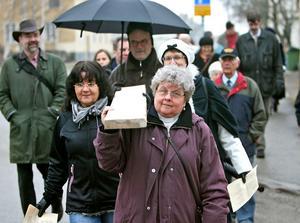 Korsvandrarna turades om att bära korset. Här är det Teta Backlund som får känna på Jesus börda.