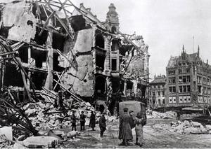 Både diktaturer och ockupationsmakter är grymma mot civilbefolkningen. I det sönderbombade Berlin levde människor i stort elände efter krigsslutet.