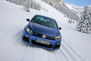 Massor av hästkrafter hjälper inte långt om det inte går att få ner kraften i vägbanan. På vinterväglag klår VW Golf R det mesta i klassen tack vare svensk fyrhjulsdrivning. Provbilen har fyra dörrar men den svenske importören tar bara in tredörrarsbilar.