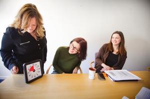 Rehabiliteringsassistent Marianne Thunstam, projektdeltagare Desirée Gustafsson och arbetsterapeut Mari Janulf förklarar att klockan som räknar neråt hjälper de som har adhd och en dålig tidsuppfattning att ha koll på tiden.n