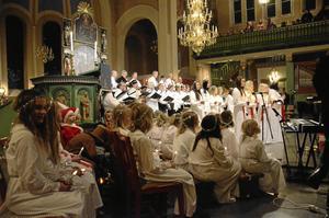 Körsång. Fyra körer deltog, förutom minikören med de yngsta även barnkören, ungdomskören och Nora kyrkokör.