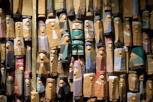 Figurer samlade i ett altarskåp. Harald Boström själv tros vara den gröna figuren i mitten.