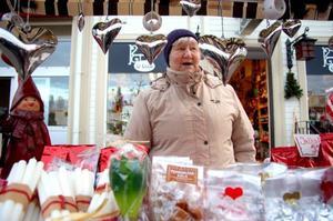 """Yvonne Löwenberg frestade besökarna med julgodis. """"Det skulle ha varit mer snö"""", säger hon.   Foto: Jonas Ottosson"""