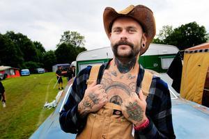 Benny Skattberg kommer från Halmstad och har fler tatueringar än han kan räkna. Han och kompisarna anlände till Västerås Mälarcamping i onsdagsnatt.
