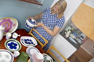 Eleonore Lundkvist samlar 50- och 60-talsporslin. Karotten hon håller i ingår i serien Victoria, formgiven av Christina Campbell för Rörstrand. Det är den enda servis hon har som nästan är komplett.