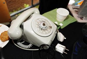 Minnen. Vem vill köpa en gammeldags telefon? Säkert någon som ångrar att de slängde ut sin.