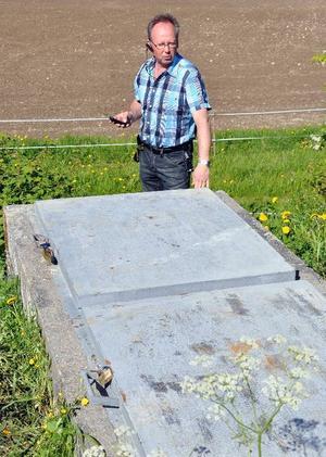 Kommunens Arne Svensson vid de luckor till vattenreservoaren som brutits upp varvid förövarna kommit ner till utrymmet där de tömt en pulversläckare i dricksvattnet.