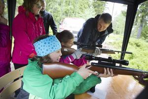 Rickard Vallström från Slottegymnasiet, instruerade Ella Granås och Emma Dejorge från Lunds skola i Forsa i luftgevärsskytte.
