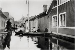 Hantverkaregatan ner mot ån från Engelbrektsgatan. Huset i bakgrunden är gamla rektorsbostaden på Åsgatan. Ur Skogqvists samling.