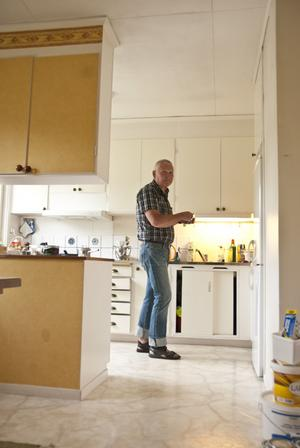 Köket i 60-talsstil får duga så länge.