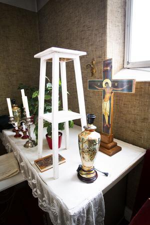 I ett litet förråd har församlingen lämnat ljusstakar, ett krucifix och lite andra prylar som använts vid gudstjänster.