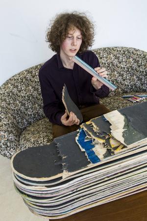 Skateboardarna måste delas upp och slipas ner till små bitar innan Fredrik kan arbeta med dem.