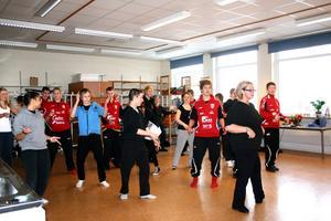Majja Lundin ledde dansuppvisningen igår när det var öppet hus på Centralskolan. BILD: TOVE SVENSSON