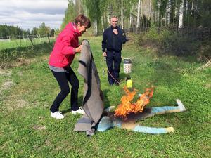 Lena Arnells blir instruerad av Pär Wikblad från räddningstjänsten hur man bäst släcker en brand på människa.