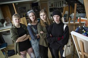 Elsa Österberg, Hanna Jonsson, Nora Boestad och Emelie Markgren känner sig besvikna när bara två av trettio inbjudna politiker kom till deras utställning.
