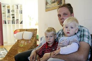 Peter Vestberg har fått beskedet att han och hans familj inte får bo kvar i sin lägenhet. Här syns han tillsammans med sönerna Neo och Liam.