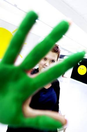 FÄRGGLAD. Anna Wigrens gröna handavtryck är beviset på att hon är en av alla signaturer på väggen.