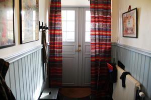 Hallen har fått en ny specialbeställd ytterdörr, gjord efter en gammal förlaga. Dörren och listen är målade i Svabenblått.