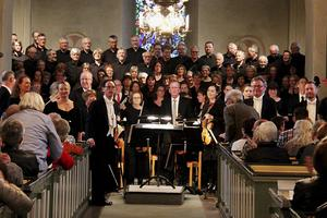 De samlade körerna tillsammans med solister och Sandvikens symfoniorkester gjorde Mozarts Requiem till en nästan överväldigande upplevelse i Valbo kyrka på lördagskvällen.