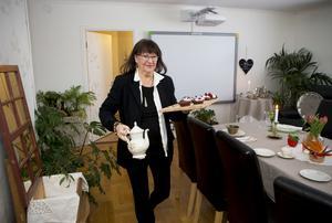 Eva Larsson har förverkligat sin dröm att bli krögare i sin egen bostad och förvandlat vardagsrummet till en matsal som kan ta emot 18 gäster.