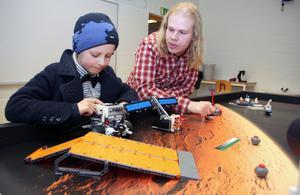 Fredrik Löfgren gillar att undervisa och få barn intresserade av programmering. Här arbetar han tillsammans med Esaias Wide, 8 år, Montessoriskolan i Falun.