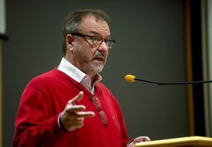 Per-Arne Frisk (S), socialnämndens ordförande i Timrå, måste tänka på vilka ord han använder.