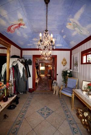 Skyddsänglarna i halltaket vakar över anländande gäster.
