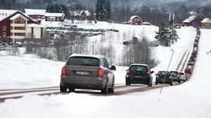 Vintertid är det vid vissa tillfällen långa köer genom och runt Halvarsgårdarna. Trafikverket inleder nu ett arbete för att förbättra säkerheten genom byn.