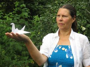 Måna Wibron med en trana, symbolen för fred.