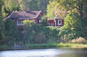 Det här vinterbonade fritidshuset vid Dalälven i Avesta har tidigare varit brovaktarstuga.