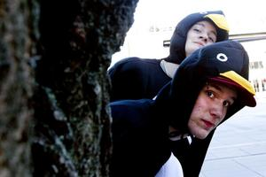 John Nylander och Andreas Åhman gömde sig bakom ett träd på Stortorget för att undvika klasskompisen Jens Berglunds håv.