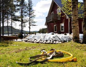 Vattennivåerna fortsatte sjunka undan på de översvämningsdrabbade platserna i Strömsunds kommun under måndagen. Som här på familjen Bölanders tomt i Rörström norr om Hoting.