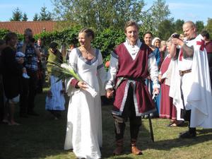 MEDELTIDSTEMA. Emma Nilvander, 27 år, och Andreas Kjellberg, 32 år, är inga lajvare men gillar medel-tida hantverk och tyckte stilen passade utmärkt för deras utomhusbröllop. På lördagen anslöt över 100 gäster till deras idé och präglade deras bröllopsdag med att dyka upp i tidsenlig klädsel.