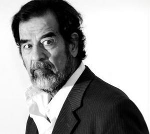 Iraks störtade ledare har nu ställts inför en specialtribunal nästan två år efter att han hittats, gömd i ett hål i marken. Ex-diktatorn anklagas för brott mot mänskligheten. Under den kommande rättegången kommer det specifikt att handla om den direkta inblandningen i mordet på 140 shiitiska muslimer för 20 år sedan. I praktiken ligger Saddam Hussein bakom flera miljoner människors död.