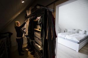Rejäl förvaring och spottar i snedtaket. Viktoria är nöjd med sin walk in closet som Magnus ritat.