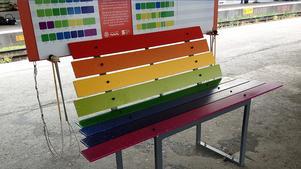 En färgglad bänk livar upp miljön på Stockholms centrals perrong för tåg mot Nynäshamn och Södertälje.