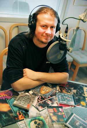 Simon Lindh har lyssnat på rock och hårdrock sedan han var barn. Nu vill han att flera ska få chansen, i radioprogrammet