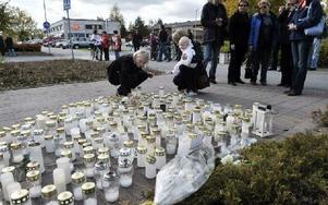 Sörjande utanför yrkesskolan i Kauhajoki i Finland där tio personer dödades 2008 försökte förstå den ofattbara massakern dagen efter dåden.Foto: Lars Pehrson / SvD / SCANPIX