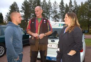 Tobias Gustavsson i samspråk med jägaren Gunnar Håkansson och rovdjursföreningens Asinja Holma.