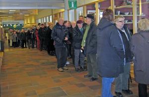 Det var trångt i vestibulen där kön ringlade fram och många hann aldrig fram innan biljetterna var slut.