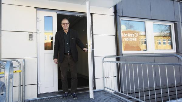 Kjell Andersson, tidigare rektor på Centralskolan men numera rektorsstöd, utanför en av de moduler som ställts upp på skolgården.