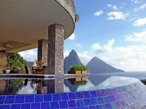 Innovativa hotellet Jade Mountain är väl värt ett besök om så bara för en lunch i topprestaurangen.   Jackie Bookal