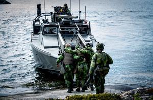 Övningarna genomförs så realistiskt som det är möjligt. En skadad soldat hjälps ombord på en stridsbåt 90.