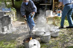 Spännande teknik. Rakubränning är inte helt riskfritt: eld, värme och farliga ångor. Men konstnären Ann-Marie Klöfver-Wall tycker att det gör tekniken rolig. - Ju farligare desto roligare, ler hon.