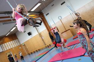 Nikita Urra kollar på när Maja Karlberg övar på sina cirkuskonster.