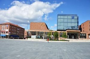 Konstnären Linda Petersson och byggnadsantikvarien Olof Edin börjar sin stadspromenad på det omdebatterade Stortorget.Foto: Linda PeterssoN