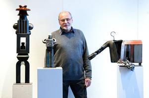 Jeschke visar nio skulpturer i mindre format än det storskaliga många är vana att se i offentliga miljöer.Två skulpturer liknar högresta män i utställningen. Transformator i stål och porslin och Gatuchef i stål och sten har tidigare inte visats.