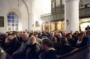 Floda kyrka var med alla hedersgäster absolut fullsatt och Peter Törnblom fick be kyrkobesökarna att flytta närmare varandra för att alla skulle få plats.