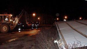 Tre lastmaskiner var på plats under natten och morgonen för att skyffla bort plåttaket.